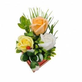 Aranjament floral deosebit 3 trandafiri cutie , flori de sapun,buburuza, 10x10 cm